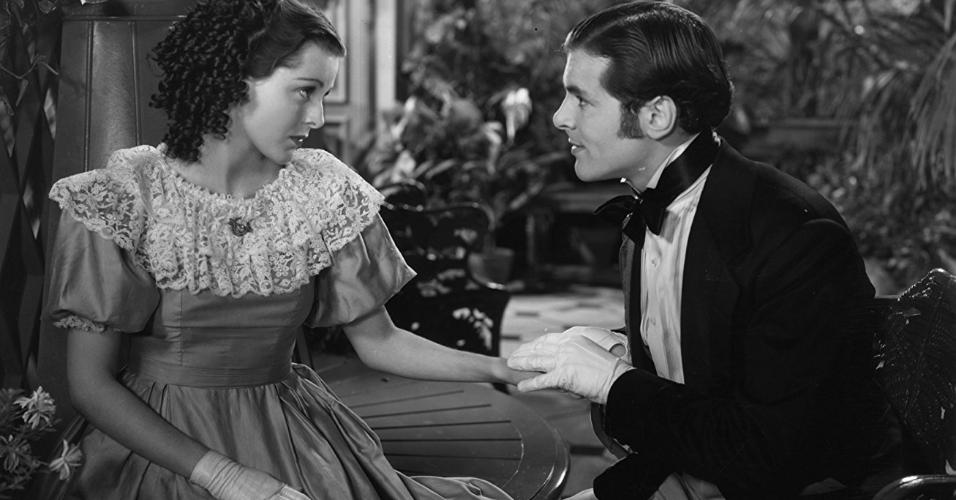 """Frances Dee e John Lodge em cena no filme """"As Mulherzinhas"""" (1933)"""