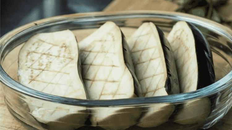 Se a receita exige que você corte berinjelas, deixe-as descansando na água com limão - GETTY IMAGES