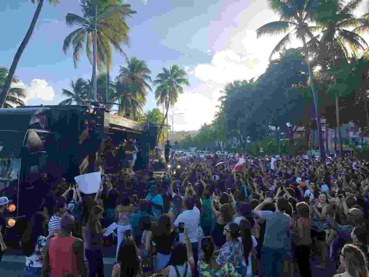 Multidão acompanha show surpresa de Luan Santana na orla de praia de Maceió - Divulgação