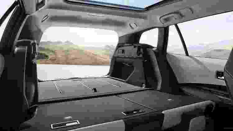 Espaço para cinco pessoas é similar ao do atual Corolla brasileiro, mas com mais folga para ombros e joelhos - Divulgação
