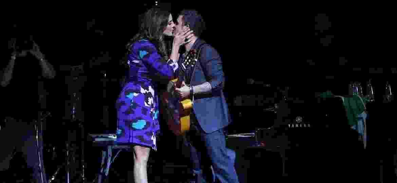 Alejandro Sanz ganha beijo de Ivete Sangalo durante show em São Paulo, em outubro de 2010 - Divulgação