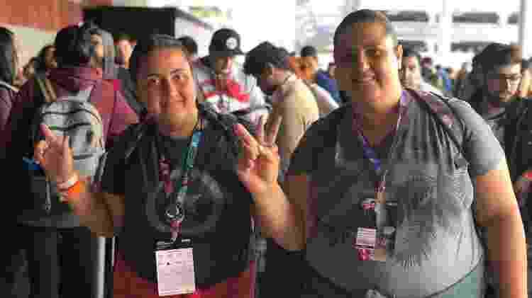 Letície Neiva com sua mãe, Viviane: elas não conseguiram o primeiro lugar na fila este ano, mas são famosas na CCXP - Felipe Branco Cruz / UOL - Felipe Branco Cruz / UOL