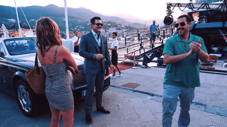 """Jennifer Aniston, Luke Evans e Adam Sandler nos bastidores de """"Mistério no Mediterrâneo"""" - Reprodução"""
