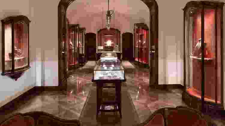 Na Bulgari, os turistas veem uma exposição de joias da marca - Massimo Listri/Rocco Forte Hotels