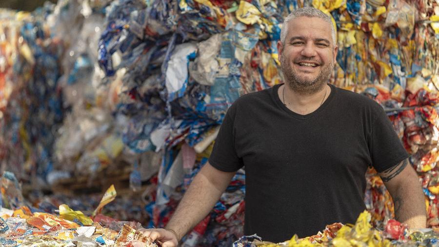 """Guilherme Brammer Júnior, vencedor do Prêmio Empreendedor Social 2019, posa em meio ao """"lixo"""" na fábrica da Boomera em Cambé (PR) - Renato Stockler/Folhapress"""