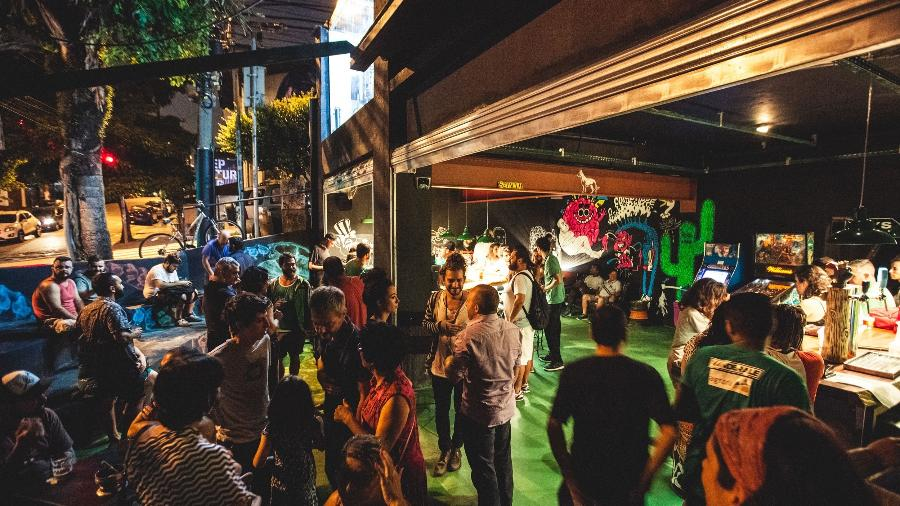 Foto antes da pandemia mostra bar na Rua Aspicuelta, na Vila Madalena, em São Paulo - iStock