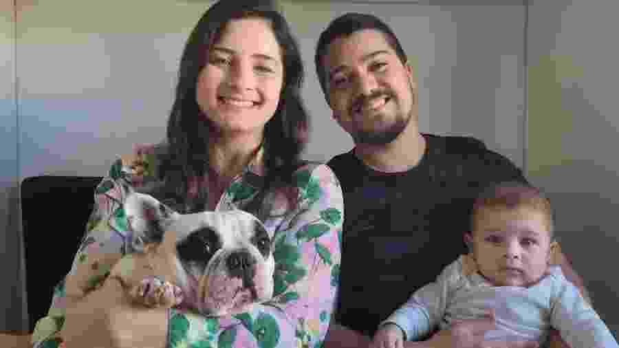 A família completa em casa: a mãe Viviane, o pai Wagner, o cãozinho e o bebê Dom - Arquivo Pessoal