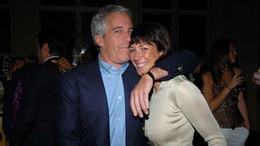 Jeffrey Epstein e Ghislaine Maxwell em foto de 2005: ela é investigada por ser cúmplice do bilionário em casos de estupro e de tráfico sexual - Patrick McMullan via Getty Image