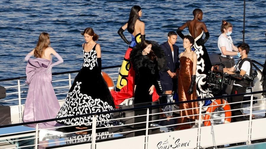 05/07/2020 - Balmain fez desfile em um barco no rio Sena, em Paris - Pierre Suu/Getty Images