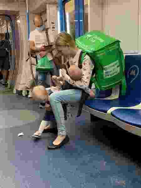 Mãe entregadora no metrô  - Reprodução/Facebook