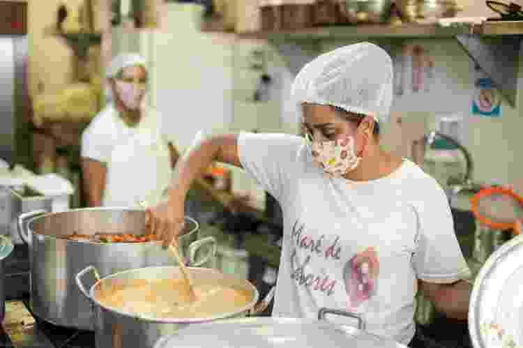 Dezoito cozinheiras do Maré de Sabores passaram a preparar diariamente comida para moradores do complexo - Divulgação - Divulgação
