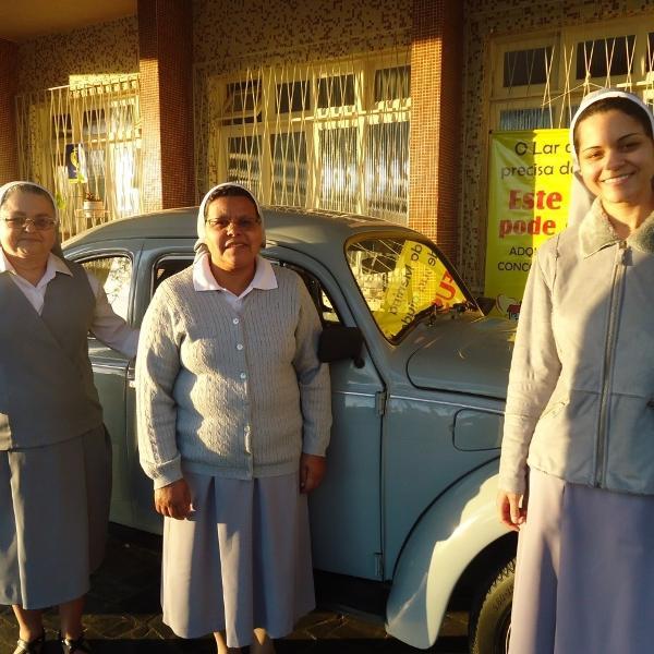 Freiras do Lar da Menina ao lado do VW Fusca