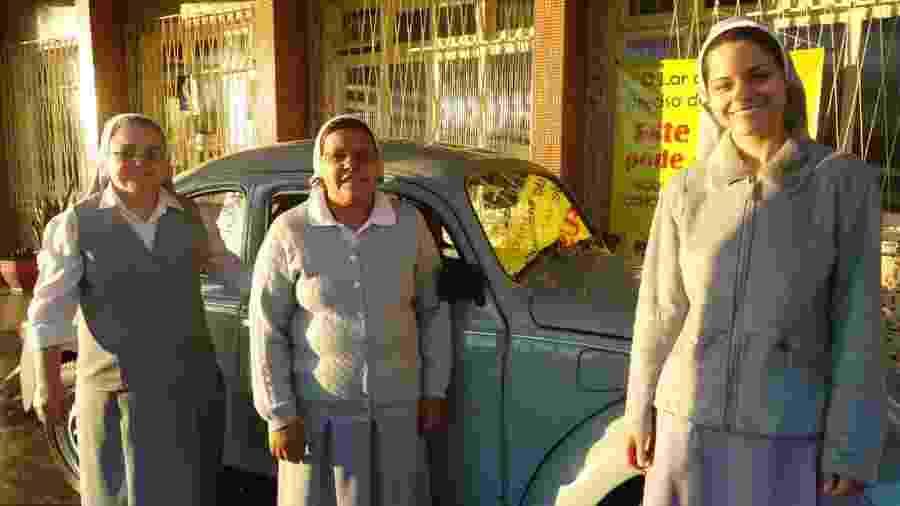 Freiras do Lar da Menina ao lado do VW Fusca  - Divulgação