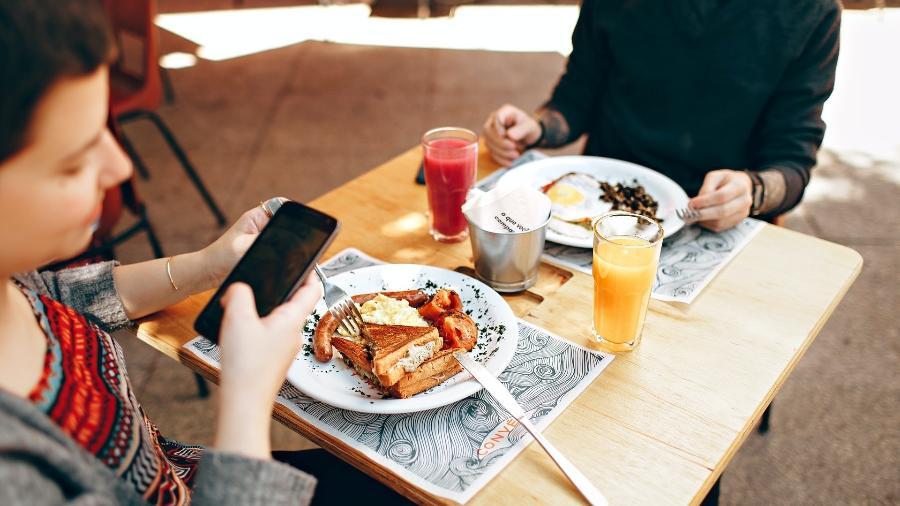 mulher celular cafe da manha - Pexels