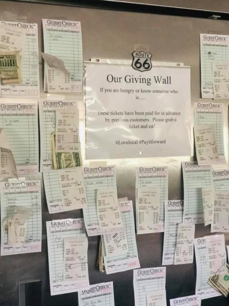 A parede com os recibos pré-pagos do Hi-Way Cafe - Divulgação