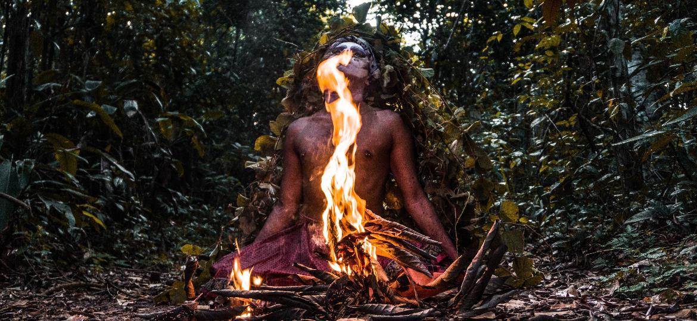 """""""A Última Floresta - Fogo"""" - Performer: Uýra Sodoma/Fotografia e Edição: Matheus Belém"""