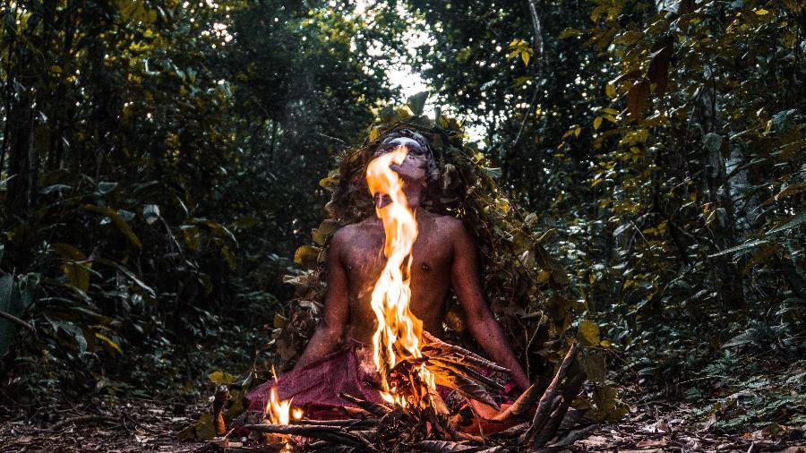 """Cena do filme """"A Última Floresta"""", de Luiz Bolognesi - Performer: Uýra Sodoma/Fotografia e Edição: Matheus Belém"""