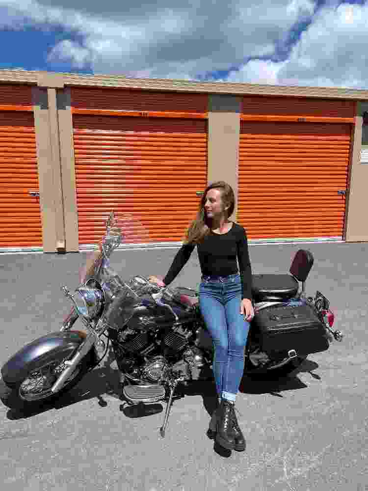 Ela, com 1,59 metros, e a moto de 230 quilos - Arquivo pessoal - Arquivo pessoal