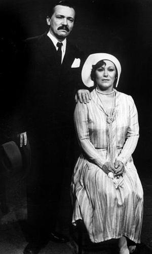"""Os atores Gianfrancesco Guarnieri, morto em 2006, e Nicette Bruno na novela """"Éramos Seis"""", de 1977, produzida pela TV Tupi."""