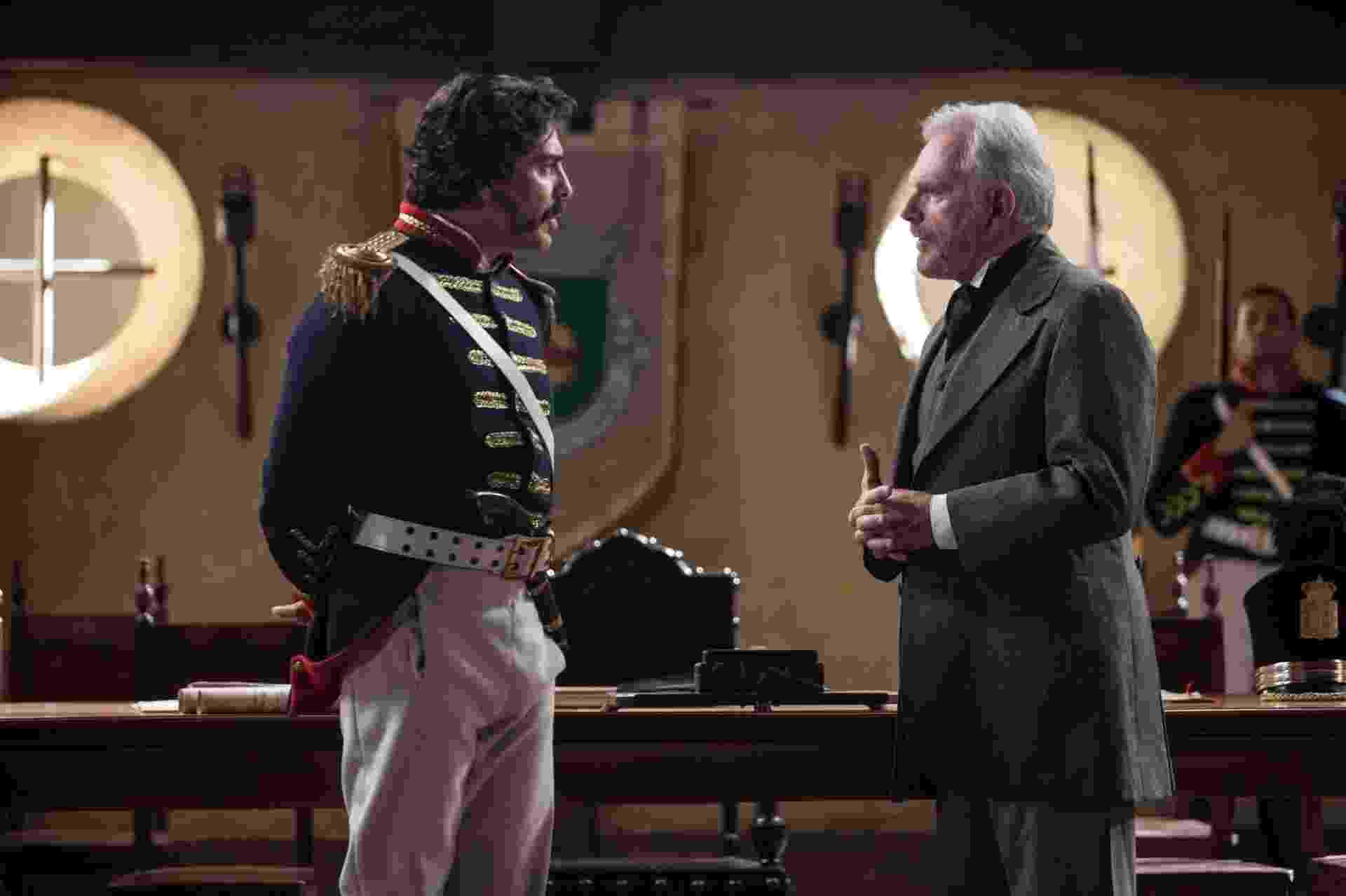Cena de Capitão Loreto (Junno Andrade) e Doutor Pacheco (Henri Pagnoncelli). Loreto é o chefe de polícia da Vila, que procura manter a ordem na região - Edu Moraes/Rede Record