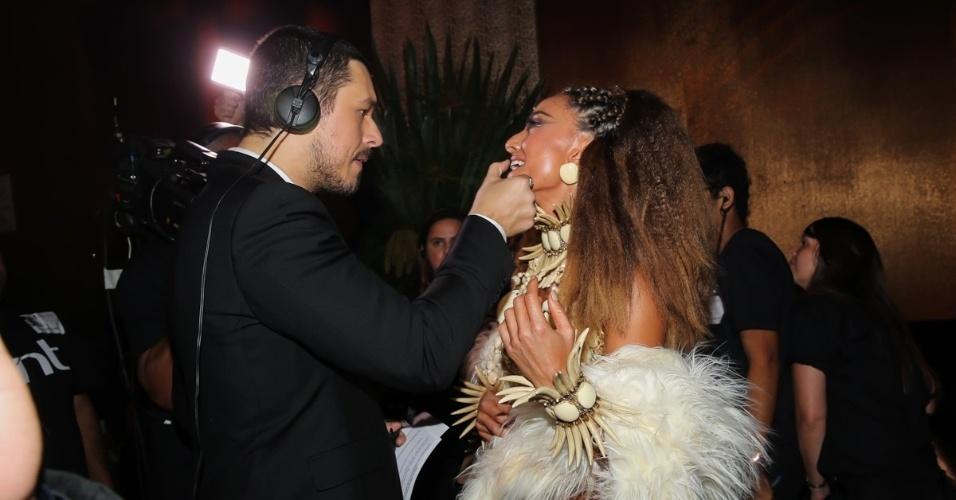 28.jan.2016 - Sabrina Sato recebe uma ajuda com a maquiagem do ex João Vicente no baile da Vogue, em um hotel em São Paulo. O tema da festa era Pop África