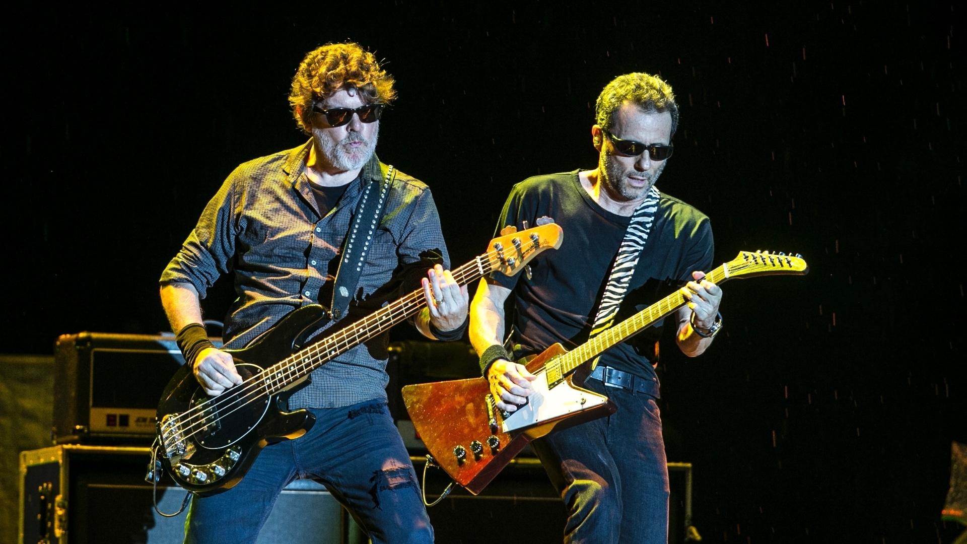 24.fev.2016 - Sob chuva, Titãs abre show dos Rolling Stones no estádio do Morumbi, em São Paulo
