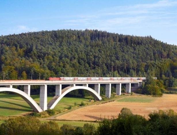 Trem cruza bela paisagem na Europa durante trajeto entre Paris e Moscou