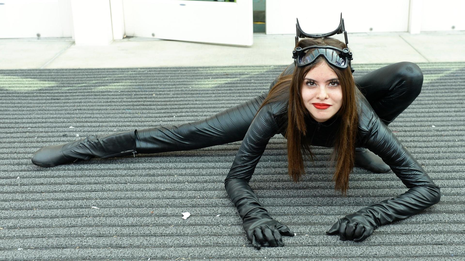 23.jul.2016 - Mulher Gato mostra flexibilidade no terceiro dia da San Diego Comic-Con
