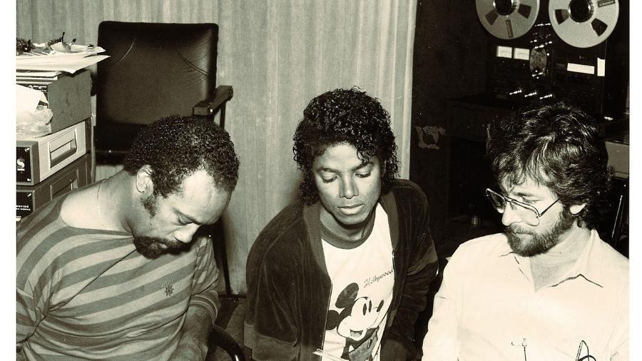 """O produtor Quincy Jones (esq.) e o compositor Rod Temperton (dir.) trabalham com Michael Jackson (centro) no estúdio, após o lançamento de """"Thriller"""" - Divulgação/Seattle Times"""