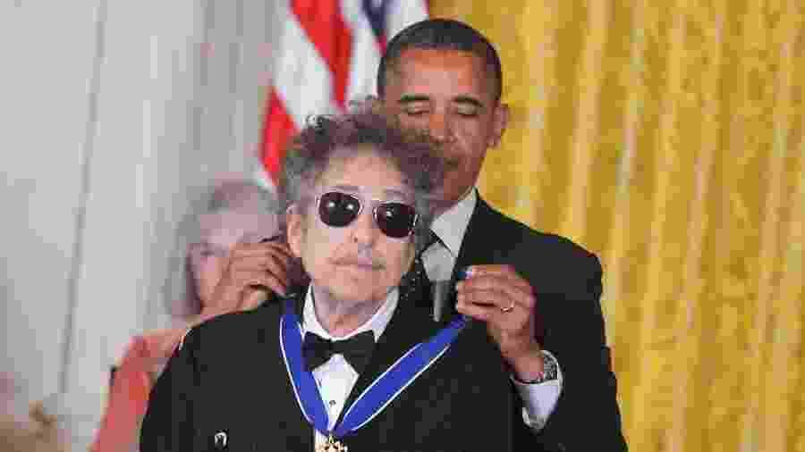 29.mai.2012 - O presidente dos Estados Unidos Barack Obama dá medalha presidencial da liberdade para Bob Dylan - MANDEL NGAN/AFP