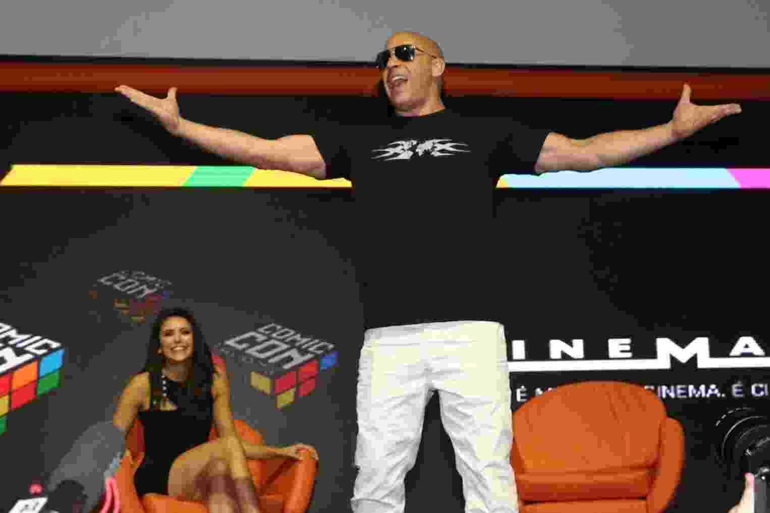"""1º.dez.2016 - O ator Vin Diesel comanda a galera no painel do filme """"xXx: Reativado"""" na Comic Con Experience, em São Paulo - Manuela Scarpa/Brazil News"""