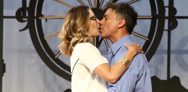 """Leonardo Vieira beija Bianca Rinaldi em cena do espetáculo """"Nove em Ponto"""" em cartaz no Teatro Folha"""