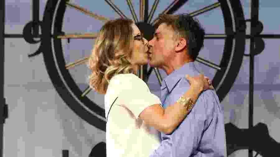 """Leonardo Vieira beija Bianca Rinaldi em cena do espetáculo """"Nove em Ponto"""" em cartaz no Teatro Folha  - Manuela Scarpa e Marcos Ribas/Brazil News"""