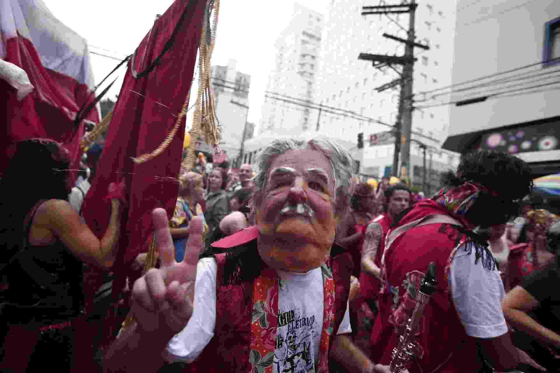 Folião usa máscara do ex-presidente do Uruguai José Mujica no bloco Jegue Elétrico, que desfilou em Pinheiros neste domingo - Ernesto Rodrigues/Folhapress