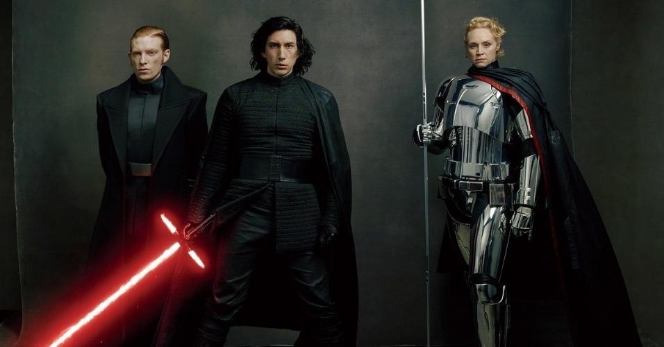 """Kylo Ren e Captã Phasma, interpretado por Domhnall Gleeson, Adam Driver e Gwendoline Christie posam para Annie Leibovitz num ensaio do elenco de """"Star Wars"""" para a revista """"Vanity Fair"""""""