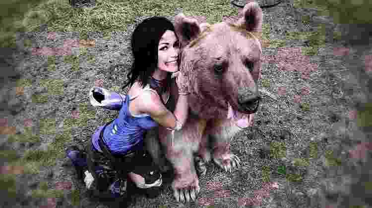 Cosplay - Lara Croft e Urso - Reprodução - Reprodução