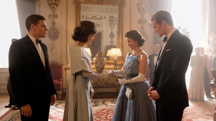 """Elizabeth 2ª e príncipe Phillip conhecem John F. Kennedy e Jackie em cena da segunda temporada de """"The Crown"""" - Reprodução/Entertainment Weekly"""