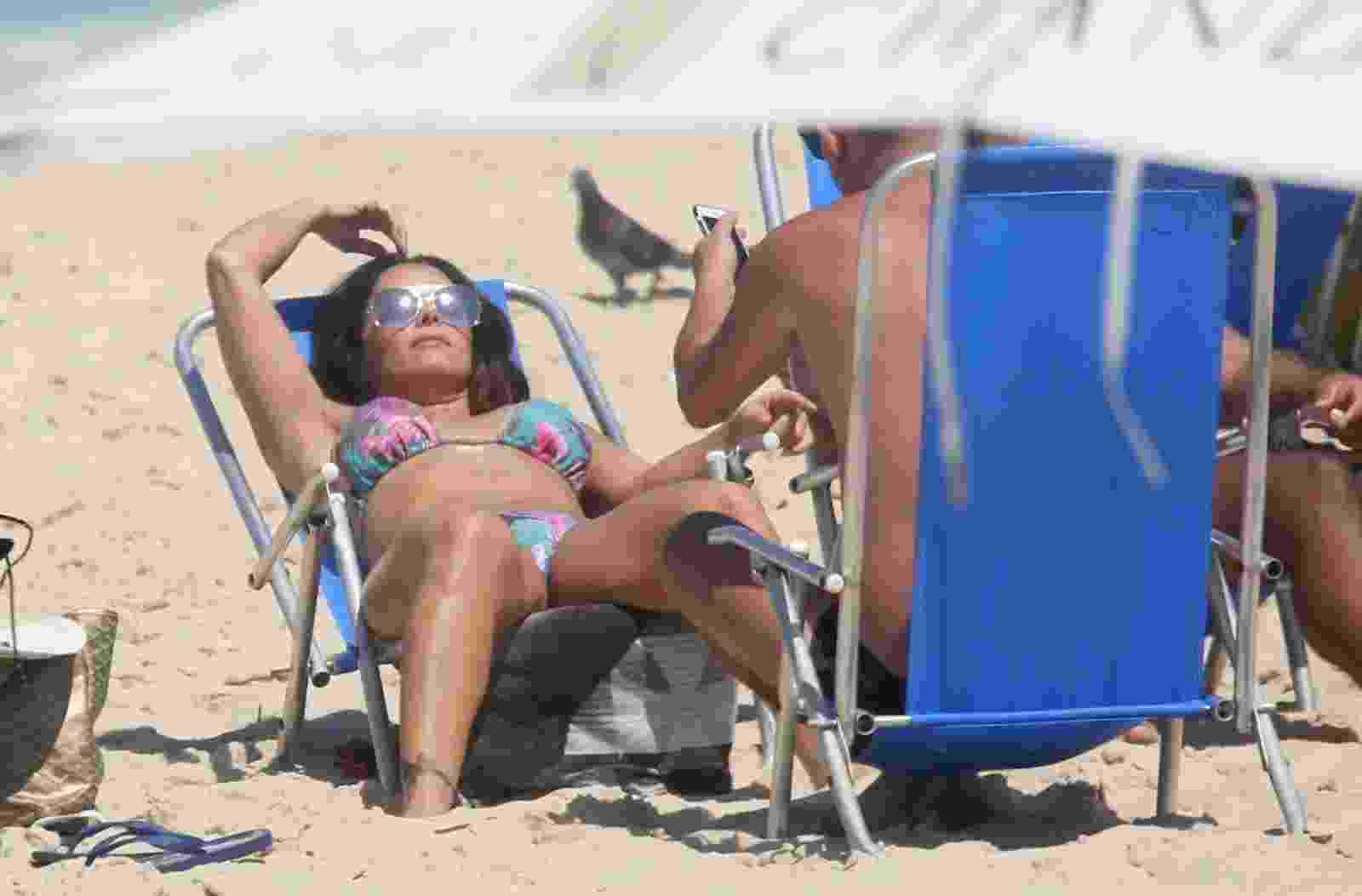 Viviane Araújo é vista na Praia da Reserva, no Rio de Janeiro, onde aproveitou para colocar o bronzeado em dia - AgNews
