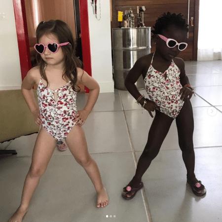 Titi e amiguinha posam antes de banho de piscina - Reprodução/Instagram/gio_ewbank