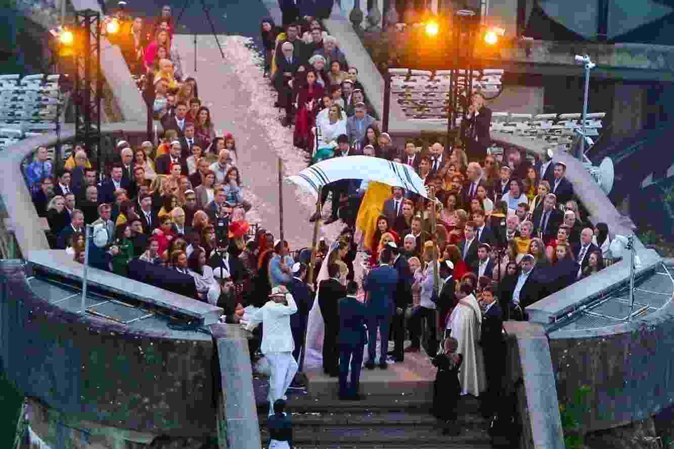 Casamento de Guy Oseary e Michelle Alves no Cristo Redentor, no Rio, com convidados famosos como Bono, Madonna, Ashton Kutcher e Anthony Kiedis - AgNews