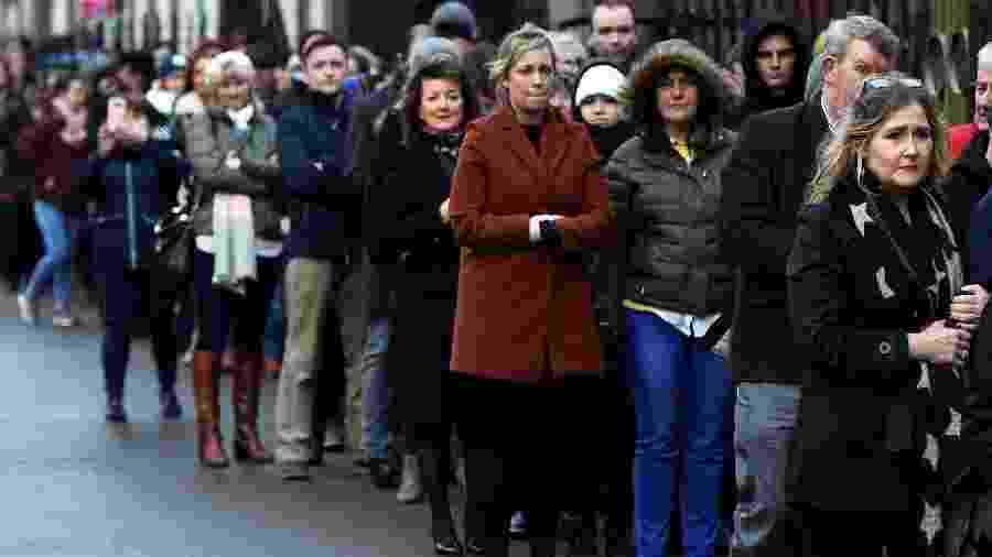 """Milhares de fãs se despedem de Dolores O""""Riordan em velório público na cidade de Limerick - REUTERS/Clodagh Kilcoyne"""