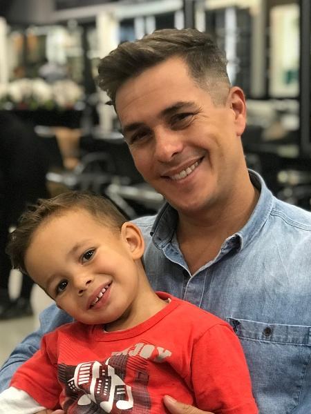 Ivan Moré com o filho no colo - Reprodução/Instagram