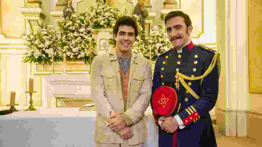 """Luccino (Juliano Laham) ao lado do amado, Otávio (Pedro Henrique Müller), em """"Orgulho e Paixão"""" - Globo/Cesar Alves"""