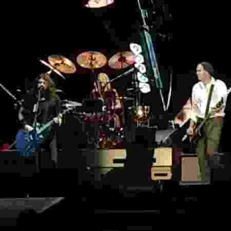 Krist Novoselic (à direita) se apresenta com o Foo Fighters - Reprodução