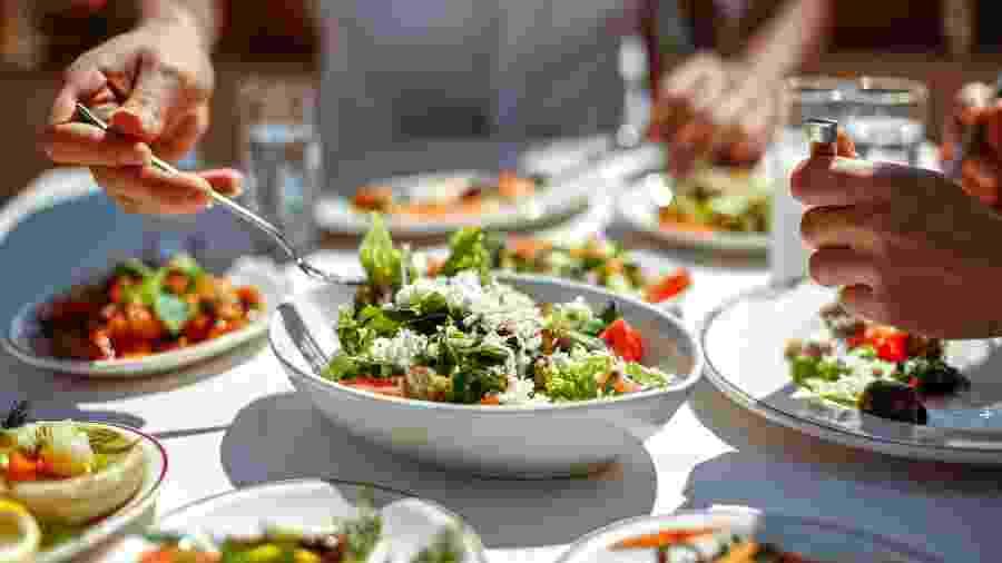 Uma boa alimentação pode ajudar no funcionamento do seus sistema imunológico, mas não vai impedir que você seja contaminado pelo novo coronavírus - iStock