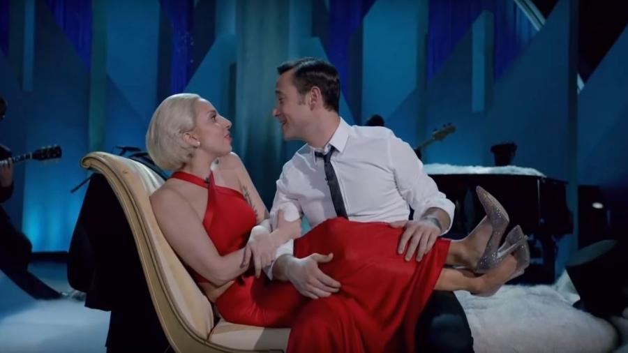 """Lady Gaga e Joseph Gordon-Levitt interpretam """"Baby, It""""s Cold Outside"""" em 2013 - Reprodução"""