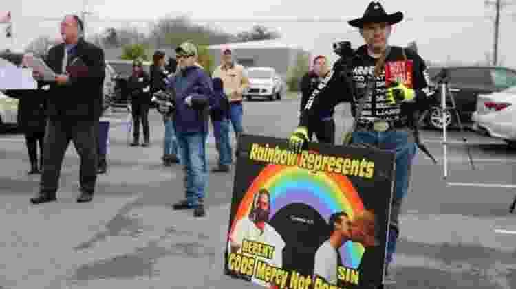 Grupo de manifestantes se reuniu na frente da biblioteca de Greenville para protestar contra o projeto de leitura por drag queens - BBC - BBC
