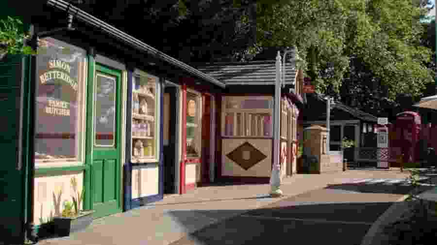 """A """"rua sensorial"""" conta com um açougue, uma casa de chá e uma agência dos correios - BBC"""