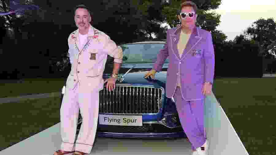 Elton John ao lado de Bentley Flying Spur - Divulgação
