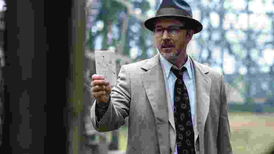 """O ator Aidan Guillen, que interpreta o dr. J. Allen Hynek na série """"Projeto Livro Azul"""" (The History Channel) - Divulgação"""